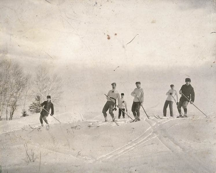 Pratique du ski en 1887. Source : Wikipedia
