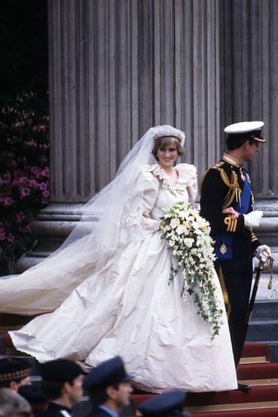 Lady Di dans sa robe de mariée et le Prince Charles