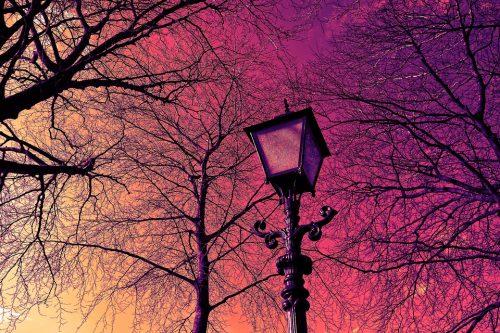 Lampadaire extérieur avec un coucher de soleil en arrière-plan